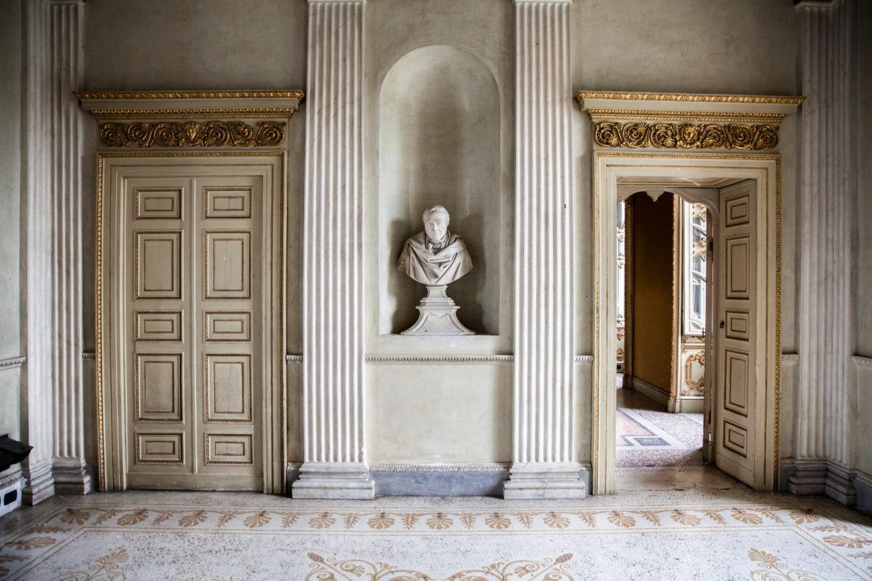 Interno villa statua Traversi